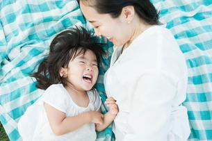 じゃれ合う親子の写真素材 [FYI01815242]