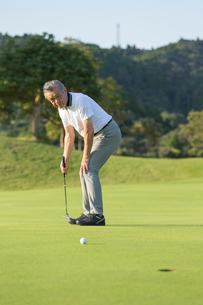 ゴルフをするシニア男性の写真素材 [FYI01815245]