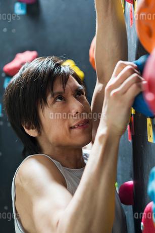 ボルダリングをする若い男性の写真素材 [FYI01815247]