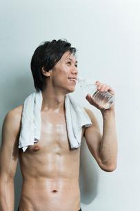 水分補給する汗をかいた若い男性の写真素材 [FYI01815255]