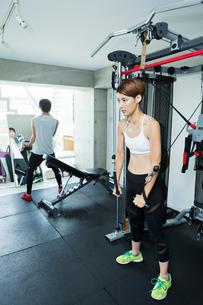 ジムでトレーニングする若い男女の写真素材 [FYI01815261]