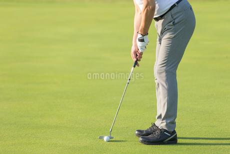 ゴルフをするシニア男性の写真素材 [FYI01815265]