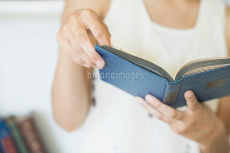 読書をする20代女性の手元の写真素材 [FYI01815269]