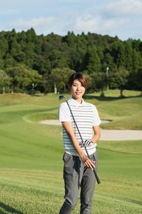 ゴルフをする20代女性の写真素材 [FYI01815275]
