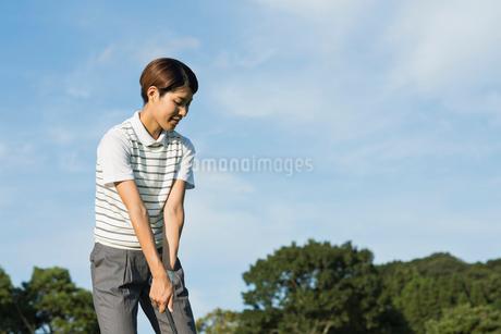 ゴルフをする20代女性の写真素材 [FYI01815277]