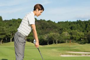 ゴルフをする20代女性の写真素材 [FYI01815278]