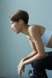 ジムで汗をかく若い女性のポートレイトの写真素材 [FYI01815285]
