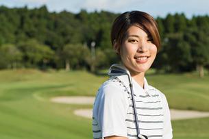 ゴルフをする20代女性の写真素材 [FYI01815290]