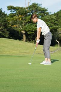 ゴルフをする20代女性の写真素材 [FYI01815293]