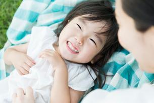 じゃれ合う親子の写真素材 [FYI01815296]