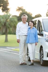 ドライブを楽しむシニア夫婦のポートレイトの写真素材 [FYI01815301]