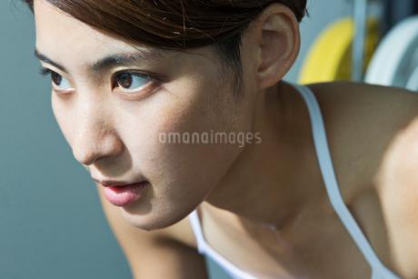 ジムで汗をかく若い女性のポートレイトの写真素材 [FYI01815303]