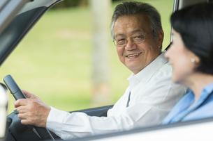ドライブを楽しむシニア夫婦の写真素材 [FYI01815307]