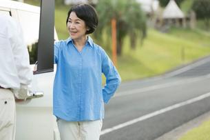 ドライブを楽しむシニア女性の写真素材 [FYI01815308]