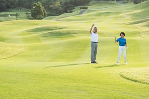 ゴルフをするシニア夫婦のポートレイトの写真素材 [FYI01815314]