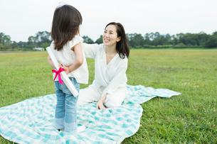 母親にプレゼントを渡す女の子の写真素材 [FYI01815318]