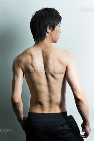 汗をかいた男性の後ろ姿の写真素材 [FYI01815321]