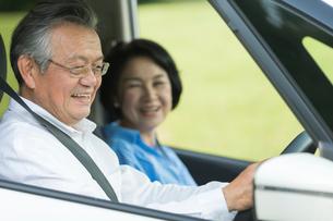 ドライブを楽しむシニア夫婦の写真素材 [FYI01815324]