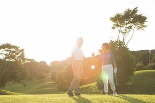 ゴルフをするシニア夫婦の写真素材 [FYI01815328]