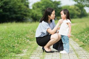 子供を心配するスーツ姿の母親の写真素材 [FYI01815330]