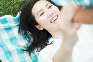 親子ヨガを楽しむ女性の写真素材 [FYI01815336]