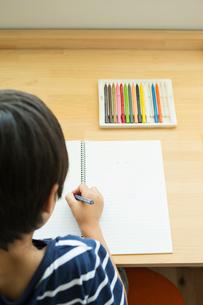絵を描く小学生の男の子の写真素材 [FYI01815341]