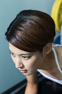 ジムで汗をかく若い女性の表情の写真素材 [FYI01815345]