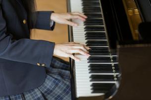 ピアノを弾く女子高校生の手元の写真素材 [FYI01815346]