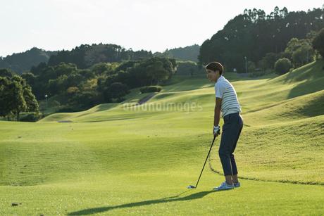 ゴルフをする20代女性の写真素材 [FYI01815357]
