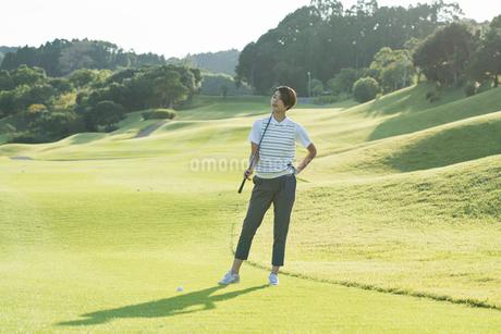 ゴルフをする20代女性の写真素材 [FYI01815359]