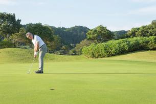 ゴルフをするシニア男性の写真素材 [FYI01815366]