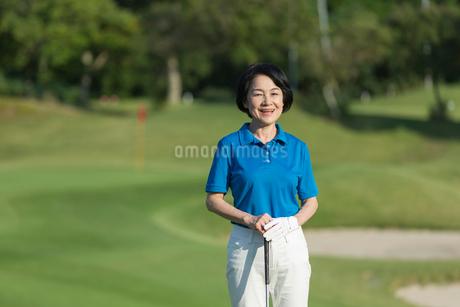 ゴルフをするシニア女性のポートレイトの写真素材 [FYI01815368]
