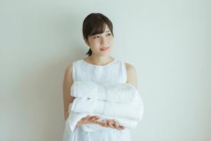 タオルを持つ20代女性の写真素材 [FYI01815369]