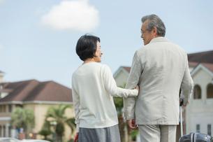 会話しながら歩く旅行中のシニア夫婦の後ろ姿の写真素材 [FYI01815371]