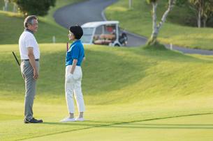 ゴルフをするシニア夫婦の写真素材 [FYI01815376]