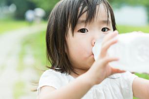 水を飲む女の子のポートレートの写真素材 [FYI01815379]