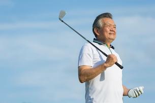 ゴルフをするシニア男性のポートレイトの写真素材 [FYI01815380]