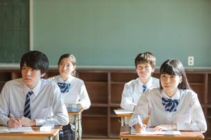 教室で勉強する高校生の写真素材 [FYI01815387]
