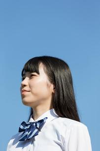 遠くを見つめる女子高校生の写真素材 [FYI01815404]