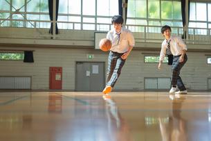バスケットボールをする男子高校生の写真素材 [FYI01815410]