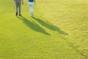 ゴルフをするシニア夫婦の影の写真素材 [FYI01815414]