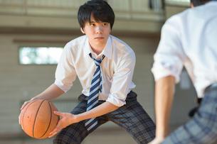 バスケットボールをする男子高校生の写真素材 [FYI01815427]