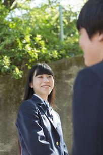 会話する笑顔の女子高校生の写真素材 [FYI01815433]