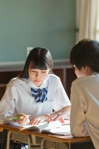 教室で勉強をする女子高校生と男子高校生の写真素材 [FYI01815434]