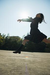 ジャンプする女子高校生の写真素材 [FYI01815442]