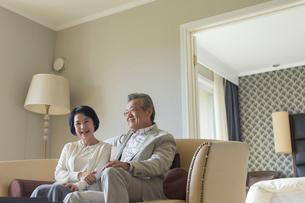 ソファーでくつろぐシニア夫婦の写真素材 [FYI01815443]
