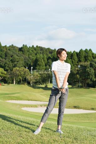 ゴルフをする20代女性の写真素材 [FYI01815444]