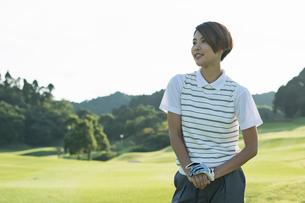 ゴルフをする20代女性の写真素材 [FYI01815446]