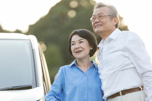 ドライブを楽しむシニア夫婦のポートレイトの写真素材 [FYI01815447]