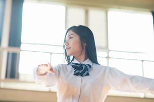 バレエダンスを踊る女子高校生の写真素材 [FYI01815452]